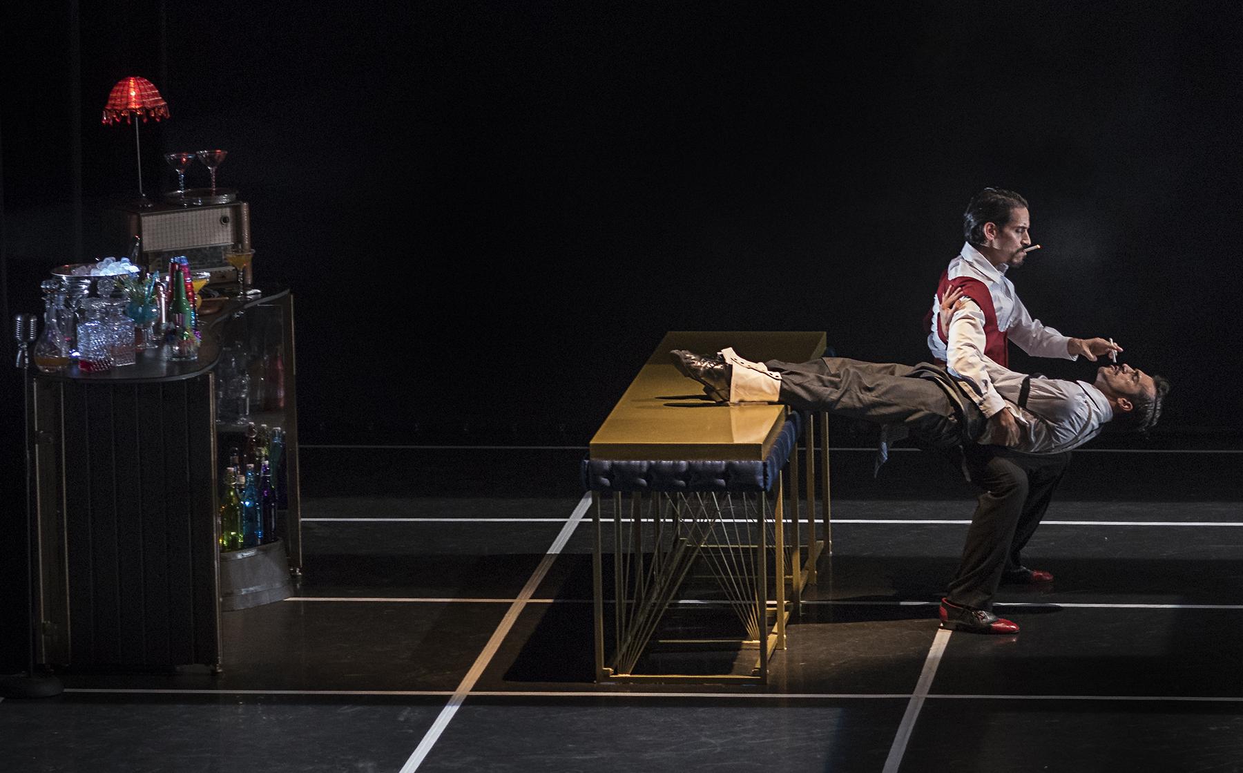 Sebastián Rowinsky y Salvador Rocher de OtraDanza representando la pieza Tattoo de Asun Noales en el Gran Teatro de Elche