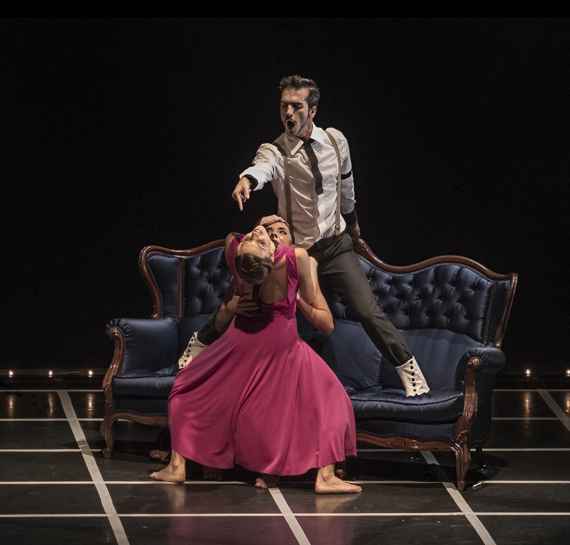 Salvador Rocher, Diana Huertas y Saray Huertas de OtraDanza representando la pieza Clandestino de Asun Noales en el Gran Teatro de Elche