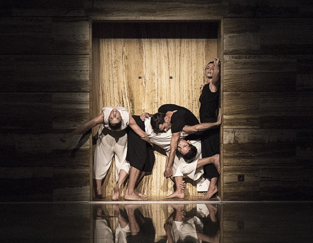 Asun Noales, Saray Huertas, Salvador Rocher y Sebastián Rowinsky de OtraDanza representando la pieza Polvo de Asun Noales en el CC Las Clarisas de Elche