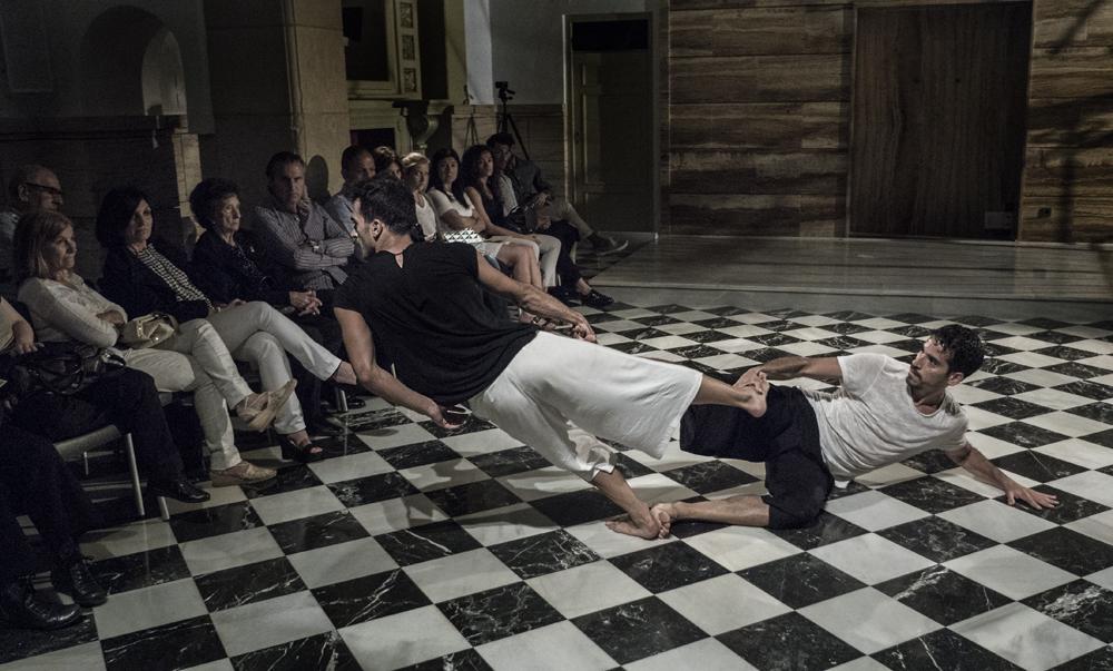 Salvador Rocher y Sebastián Rowinsky de OtraDanza representando la pieza Polvo de Asun Noales en el CC Las Clarisas de Elche