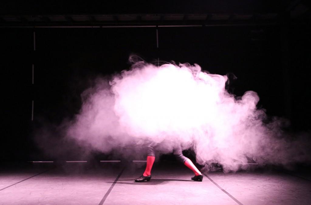 Daniel Hernández bailando dentro de la niebla durante la actuación de PERSONA, Sala Central Lechera, Festival Cádiz en Danza (2015)
