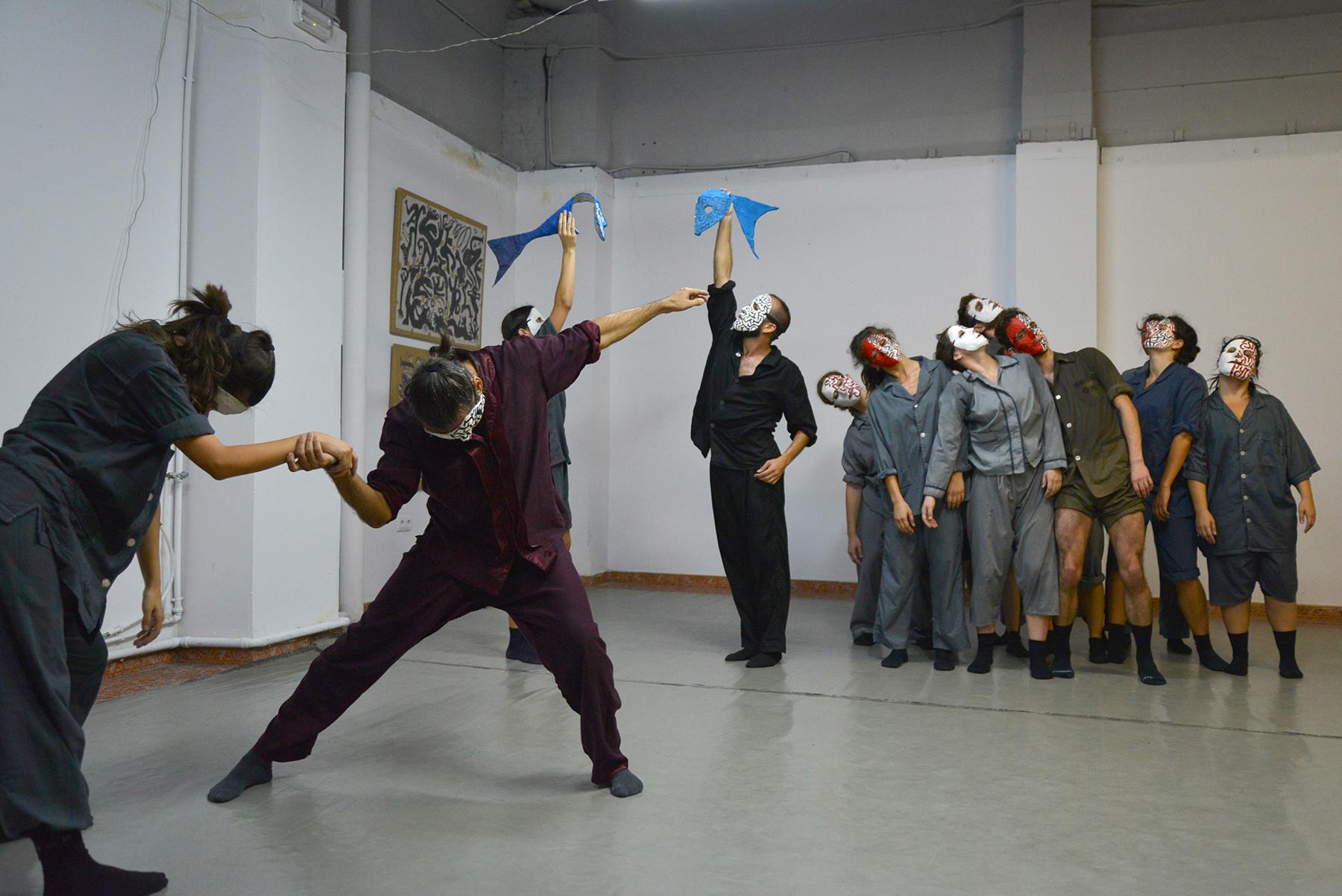 Pieza larga. Versión libre de El Carnaval de los animales creada por Toni Aparisi para 15 intérpretes y un músico que toca en directo.