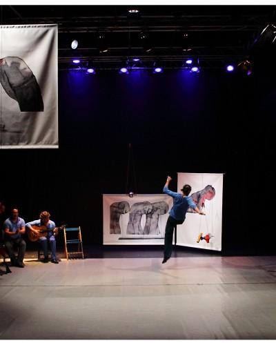 Pieza larga multidisciplinar con música en directo en la que se marida danza contemporánea, música flamenca, percusión y escultura. Creada por Toni Aparisi.